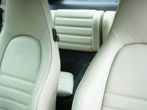 białe fotele auta